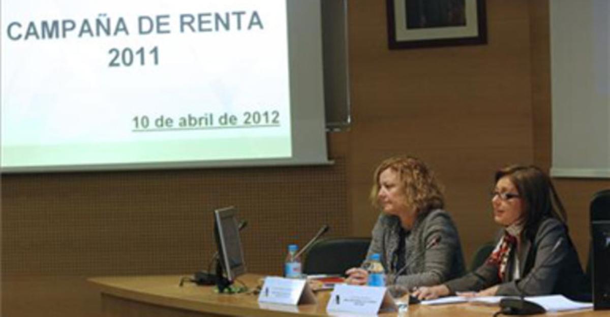 La directora general de la Agencia Tributaria, Beatriz Viana Miguel y María Ángeles Fernández Pérez, directora del departamento de Gestión Tributaria, durante la presentación de la puesta en marcha de la campaña de la Renta 2011