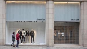 El PIB recae en el primer trimestre y se contrae un 0,5 % por la tercera ola. En la foto, una tienda cerrada en el Portal de l'Àngel, en Barcelona.