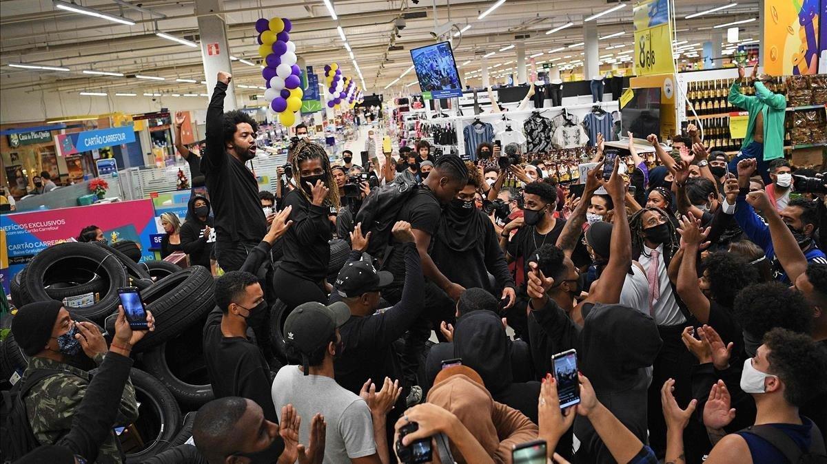 Protestas en un Carrefour de Río de Janeiro tras el asesinato de un hombre negro en un supermercado de Porto Alegre, este viernes.