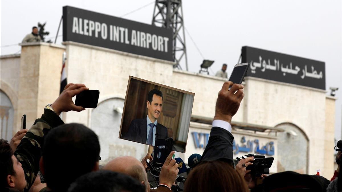 Concentración frente al aeropuerto de Alepo para celebrar su apertura, este miércoles.