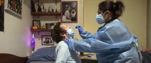 La médica de primaria Sandra Moreno atienda a una sospechosa de covid.