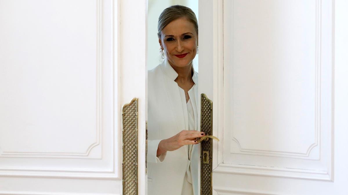 Cristina Cifuentes, tras la rueda de prensa en la que ha anunciado, este miércoles, su dimisión como presidenta de la Comunidad de Madrid.