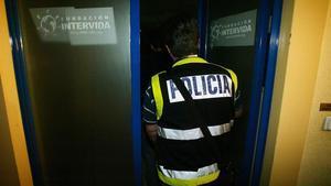 Policías entrando en la sede de Intervida, en julio del 2007.