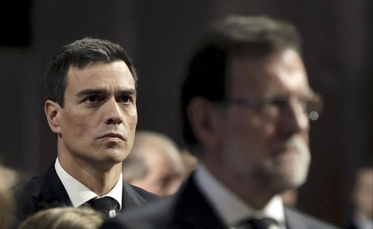 El presidente del Gobierno en funciones, Mariano Rajoy, y el líder del PSOE, Pedro Sánchez, en una imagen tomada el pasado año en Barcelona.
