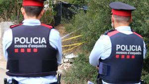 Dos agentes custodian el inmueble donde se ha producido el asesinato, en el número 39 de la calle Segadors de Rubí.