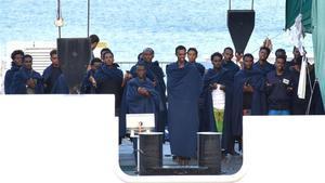 Un grupo de personas reza a bordo del 'Diociotti', atracado desde hace unos días en el puerto de Catania (Sicilia).