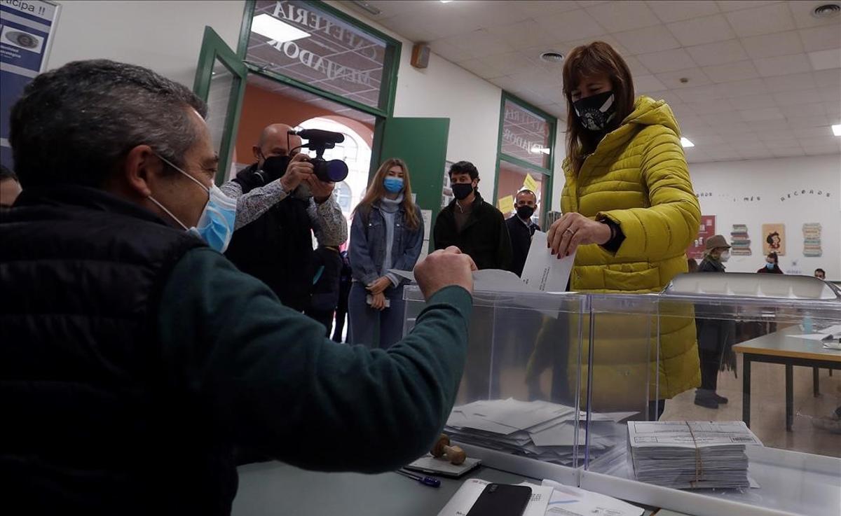 Laura Borràs acude a votar en la escuela universitaria Salesiana del barrio de Sarrià en Barcelona.