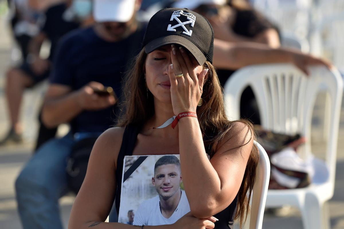 Un familiar de una de las víctimas de la explosión del puerto de Beirut de hace un años en uno de los actos celebrado hoy en la capital libanesa.