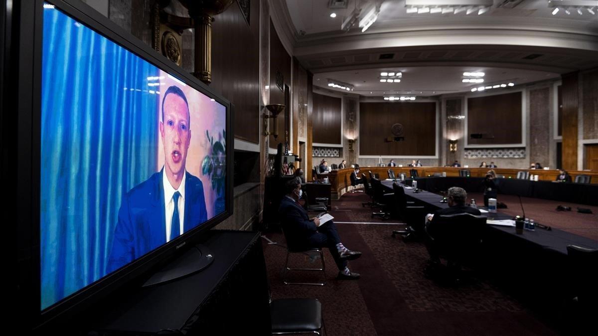 El jefe ejecutivo de Facebook, Mark Zuckerberg, durante su comparecencia en el Senado este martes.