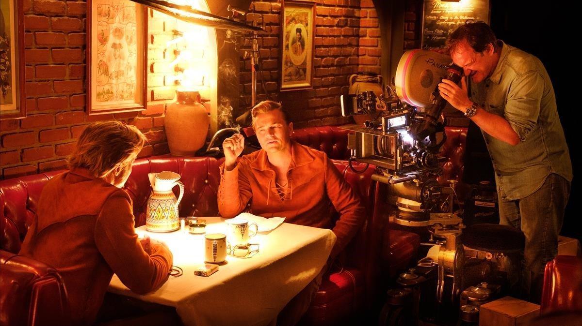 Quentin Tarantino, en el rodaje de una escena de Érase una vez en... Hollywod', con Leonardo DiCaprio y Brad Pitt.