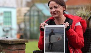 Sally Flavill muestra una foto de su sobrino, Joseph Flavill.