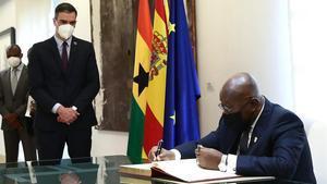 El presidente de Ghana, Nana Akufo-Addo, firmando un libro de visitas junto a Pedro Sánchez