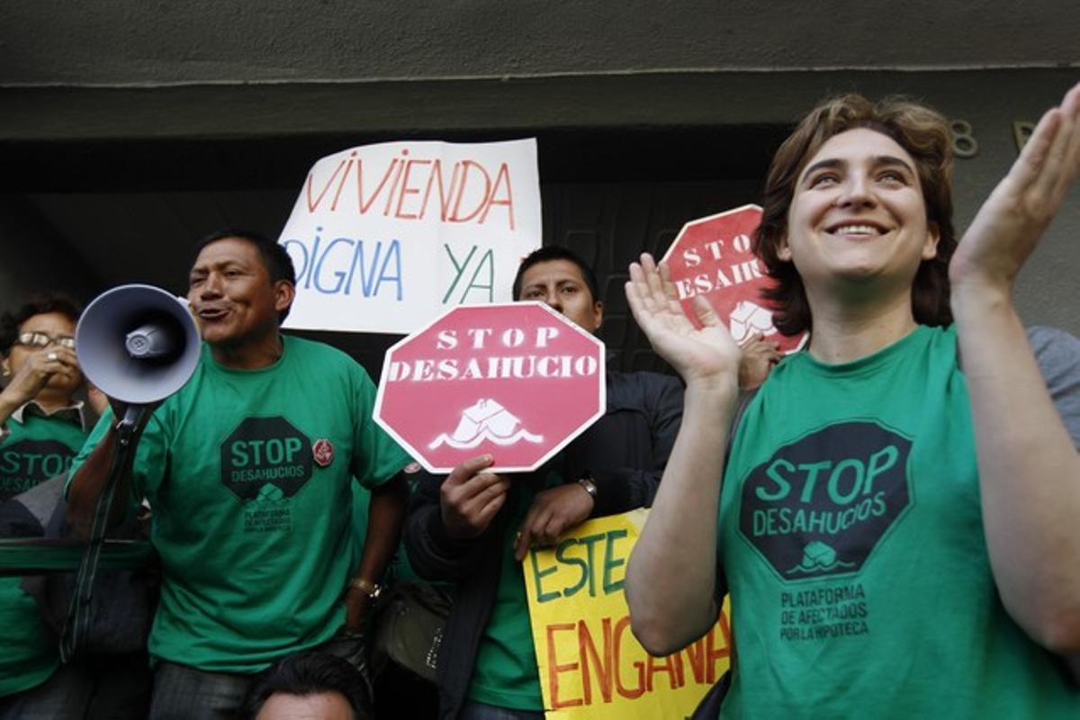 Ada Colau, en primer término, durante un acto de la PAH para frenar un desahucio en Ciutat Meridiana.