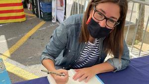Ana Sánchez, firmando.