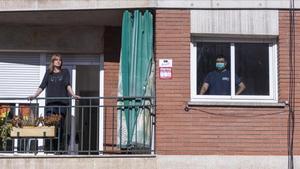 Dos técnicos de ambulancias en cuarentena en su domicilio de Cerdanyola del Vallès (Barcelona).