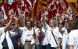Empleadas de la función pública se manifiestan contra los recortes de la Generalitat, el pasado mayo.