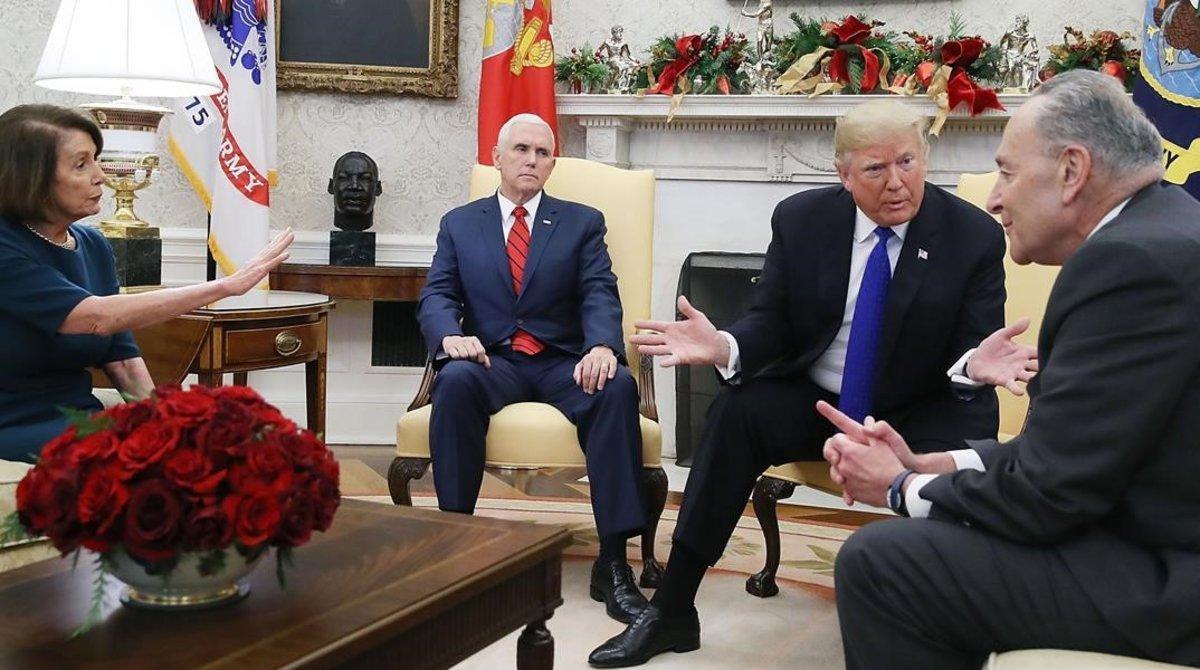 De izquierda a derecha, Nancy Pelosi, Mike Pence, Donald Trump y Chuck Shumer, en la Casa Blanca, el 11 de diciembre del 2018.