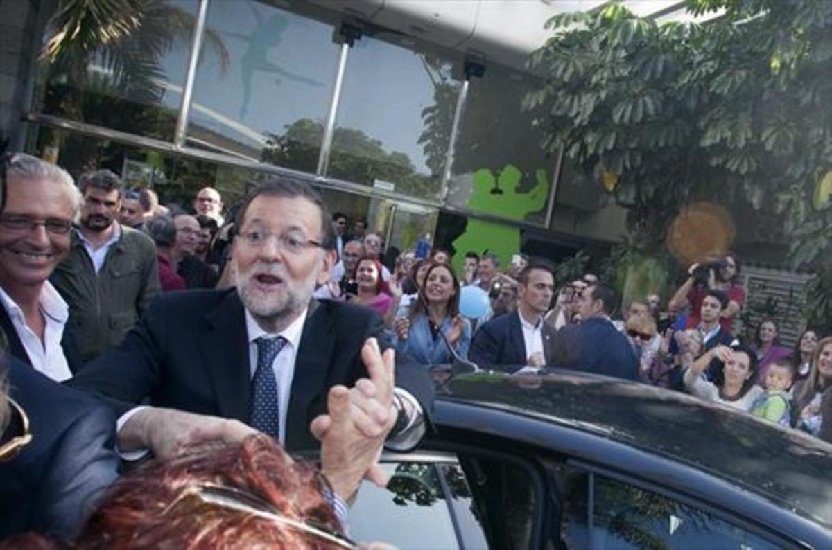 Mariano Rajoy saluda a simpatizantes del PP, tras el mitin que dio ayer en Tenerife.