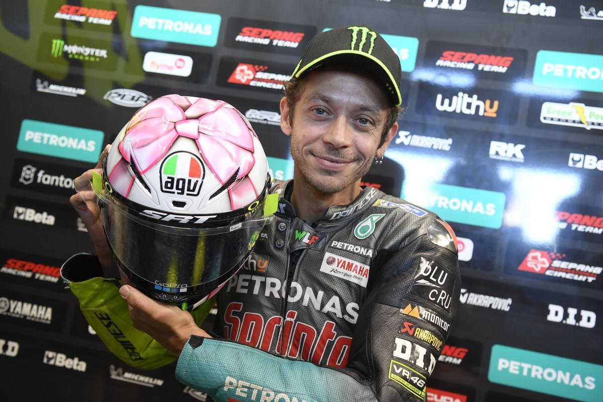 Valentino Rossi muestra el casco con el que corre el GP de San Marino, un regalo con lazo rosa, dedicado a la hija que va a nacer.
