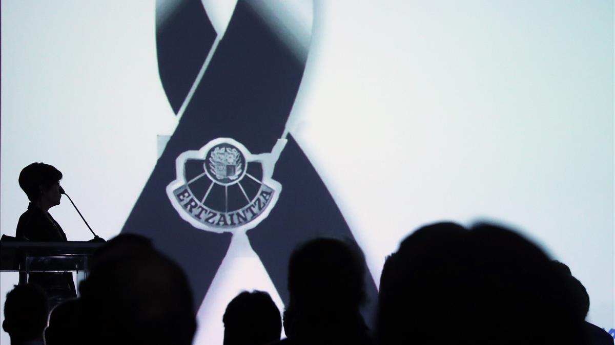 La consejera de seguridad del gobierno vasco, durante el minuto de silencio en memoria del agente fallecido.