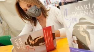 La escritora María Dueñas firma su novela 'Sira' en el Sant Jordi 2021.