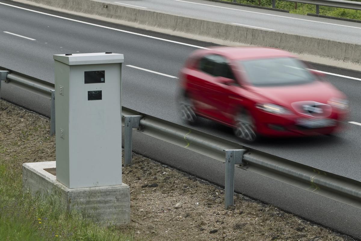 Un coche pasa junto a unradar decontrol de velocidad.