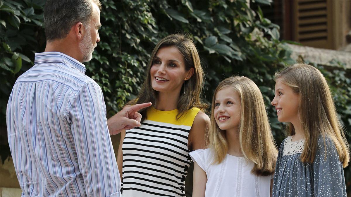 Felipe y Letizia, con sus hijas, la princesa Leonor y la infanta Sofía, en el palacio de Marivent.