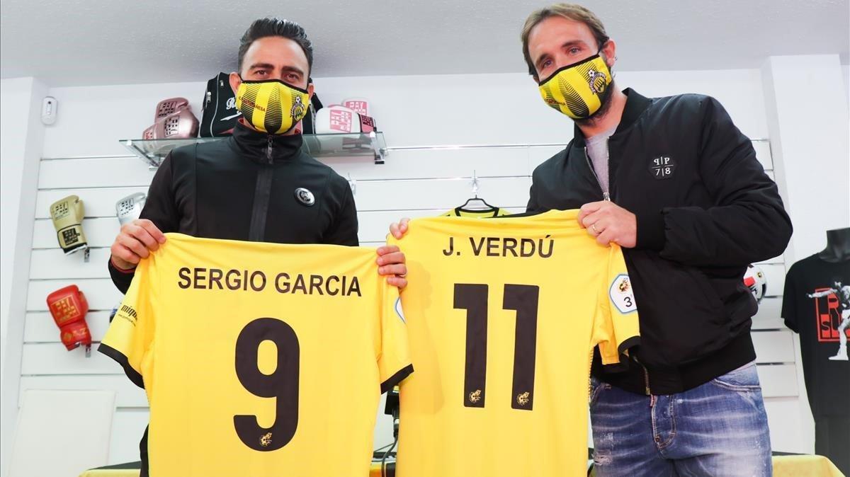 Sergio García y Joan Verdú posan con sus camisetas del CF Montañesa, de la Tercera División catalana.