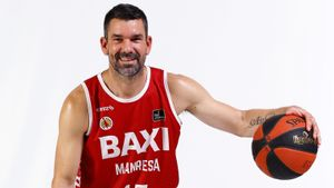 Rafa Martínez posa para las fotografías oficiales de temporada del Baxi Manresa