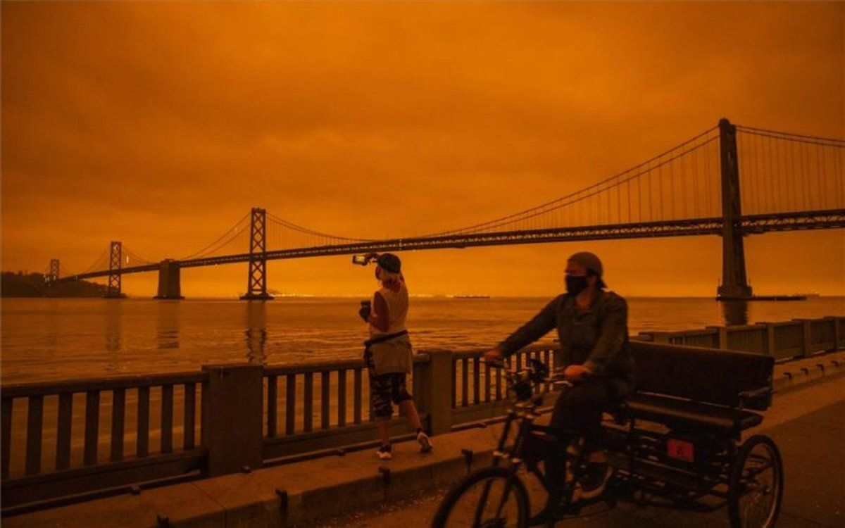 Vista de San Francisco con cielo rojizo.