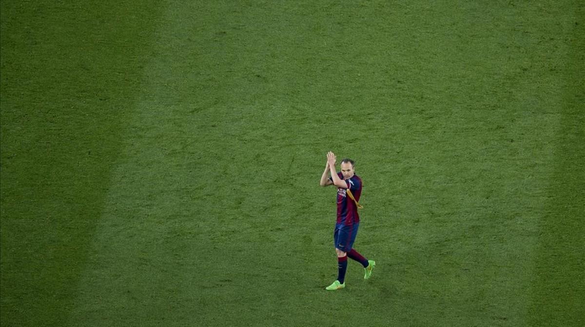 Iniesta aplaude al Camp Nou tras ser sustituido en el clásico contra el Madrid.