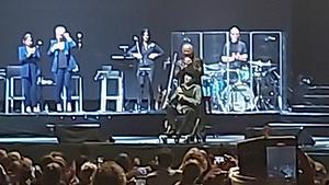 Joaquín Sabina en el escenario tras la caída.