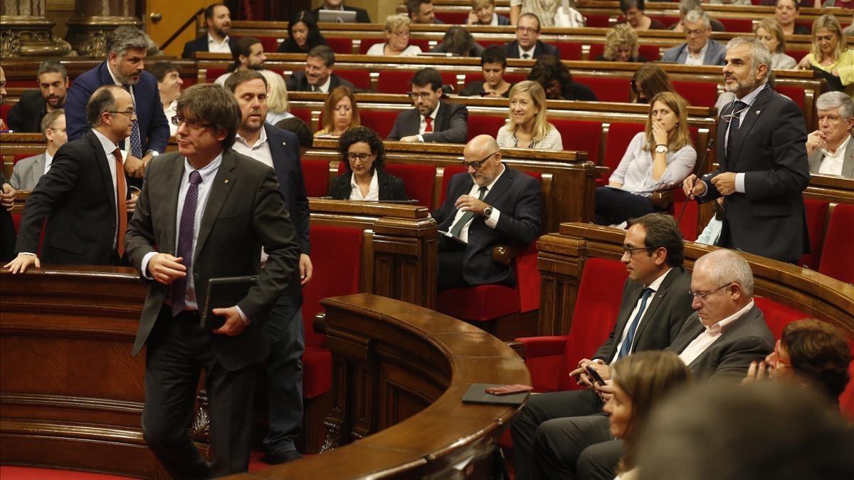 El president Puigdemont. Junqueras y Turull, abandonan el hemiciclo.