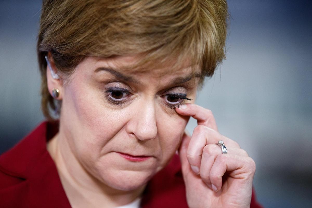 CGL06. GLASGOW (R.UNIDO), 09/06/2017.- La líder del Partido Nacional Escocés (SNP), Nicola Sturgeon, reacciona en el Emirates Arena en Glasgow, Escocia, Gran Bretaña, el 09 de junio de 2017. El partido de Sturgeon perdió asientos para los conservadores, el trabajo y los demócratas liberales en las elecciones generales. Los votantes británicos acudieron a las urnas el 8 de junio para votar un total de 650 diputados de Westminster para formar el próximo gobierno británico, en una elección general convocada por la primera ministra británica, Theresa May. EFE / ROBERT PERRY