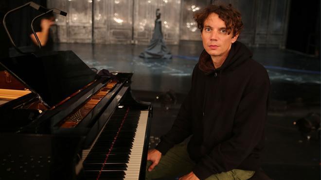 Últimos segundos del concierto de Francesco Tristano, pianista, tras pasar toda la noche tocando