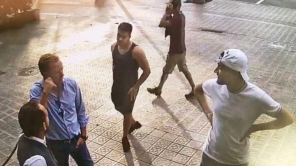 Una cámara de seguridad captacomo roba un grupo de 'relojeros' a un turista de Barcelona, en la entrada de un hotel.