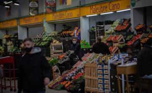 Los precios mantienen el descenso del 0,8 % en noviembre. En la foto, un trabajador en un puesto de fruta en Mercabarna..