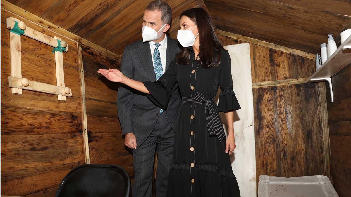 Los Reyes visitan una simulación del zulo donde estuvo secuestrado el funcionario de prisiones don José Antonio Ortega Lara durante la inauguración del Centro Memorial de las Víctimas del Terrorismo en Vitoria.