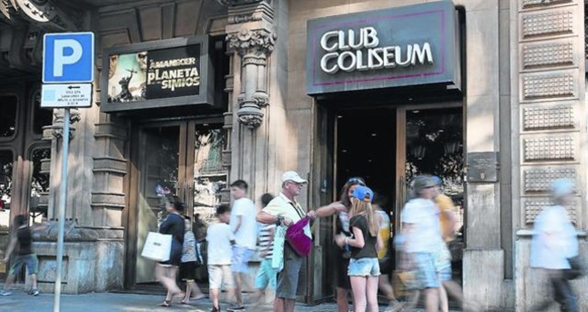 La fachada del cine Club Coliseum, en la Rambla de Catalunya, entre Gran Via y Diputació, ayer.