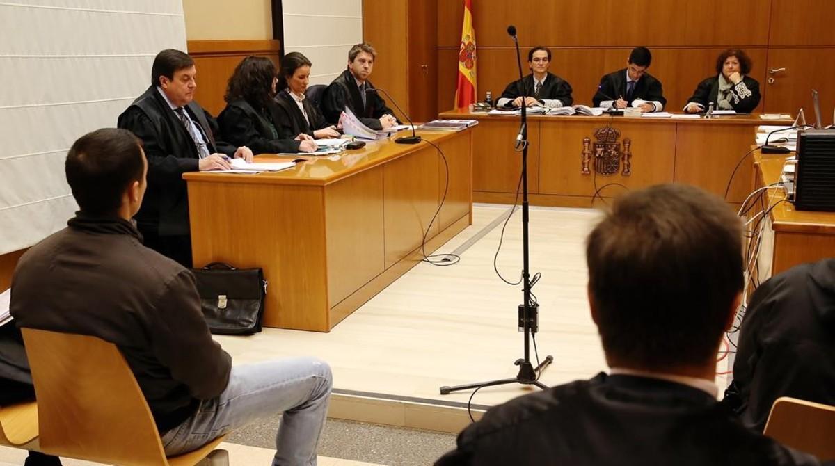El guardia urbano acusado, en el banquilloeste martes en la Audiencia de Barcelona.