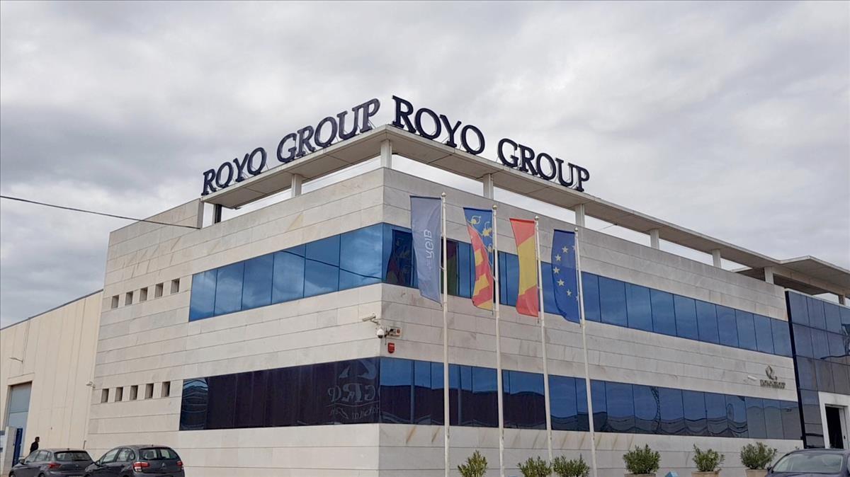 ECONOMIA        Roca y Royo firman una alianza para crear el lider mundial del mueble de bano