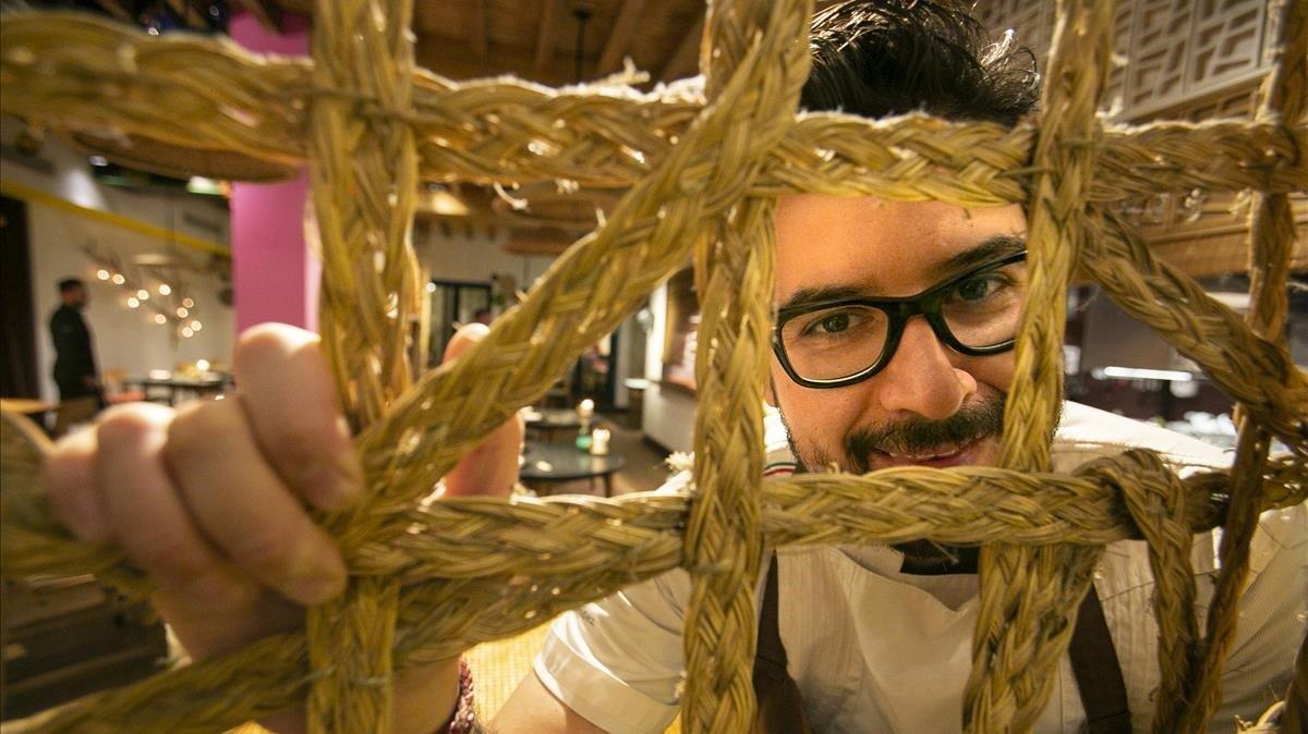 Paco Méndez, tras unas cuerdas en el comedor del restaurante Hoja Santa.