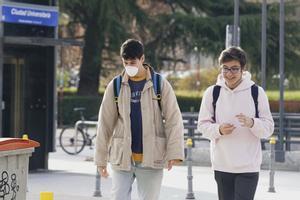 Dos estudiantes caminan por la Ciudad Universitaria de Madrid, antes del cierre total de las aulas el pasado 11 de marzo. Imagen de archivo.
