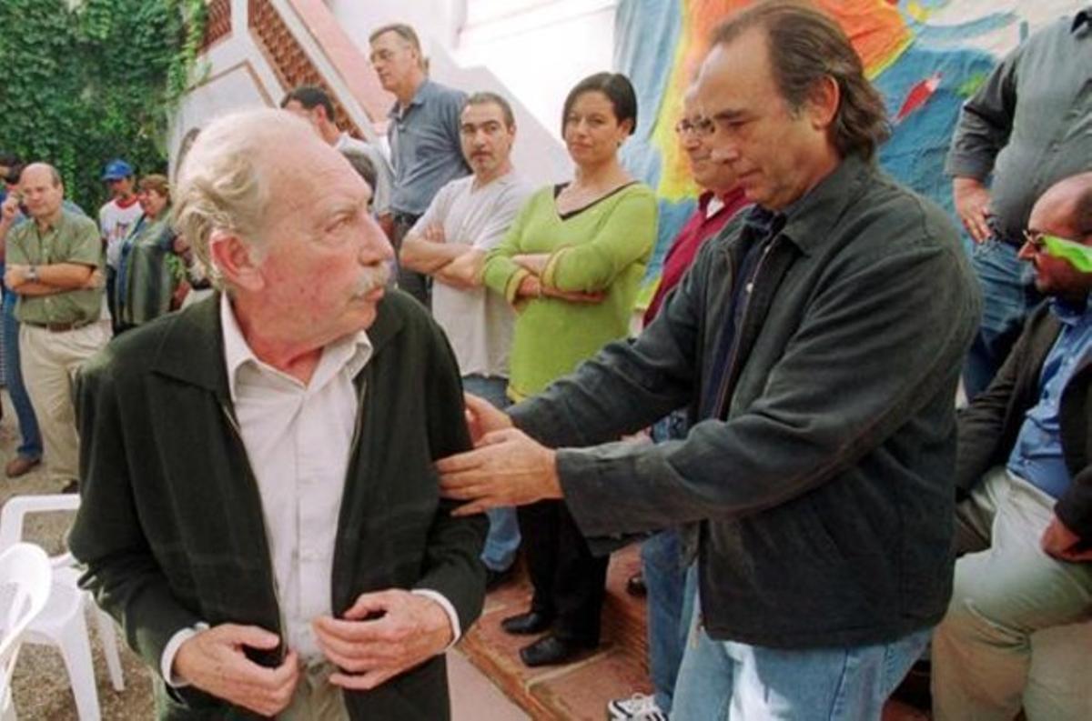 Gerard Vergés, junto a Joan Manuel Serrat, en un acto de protesta contra el Plan Hidrológico Nacional en el 2001.