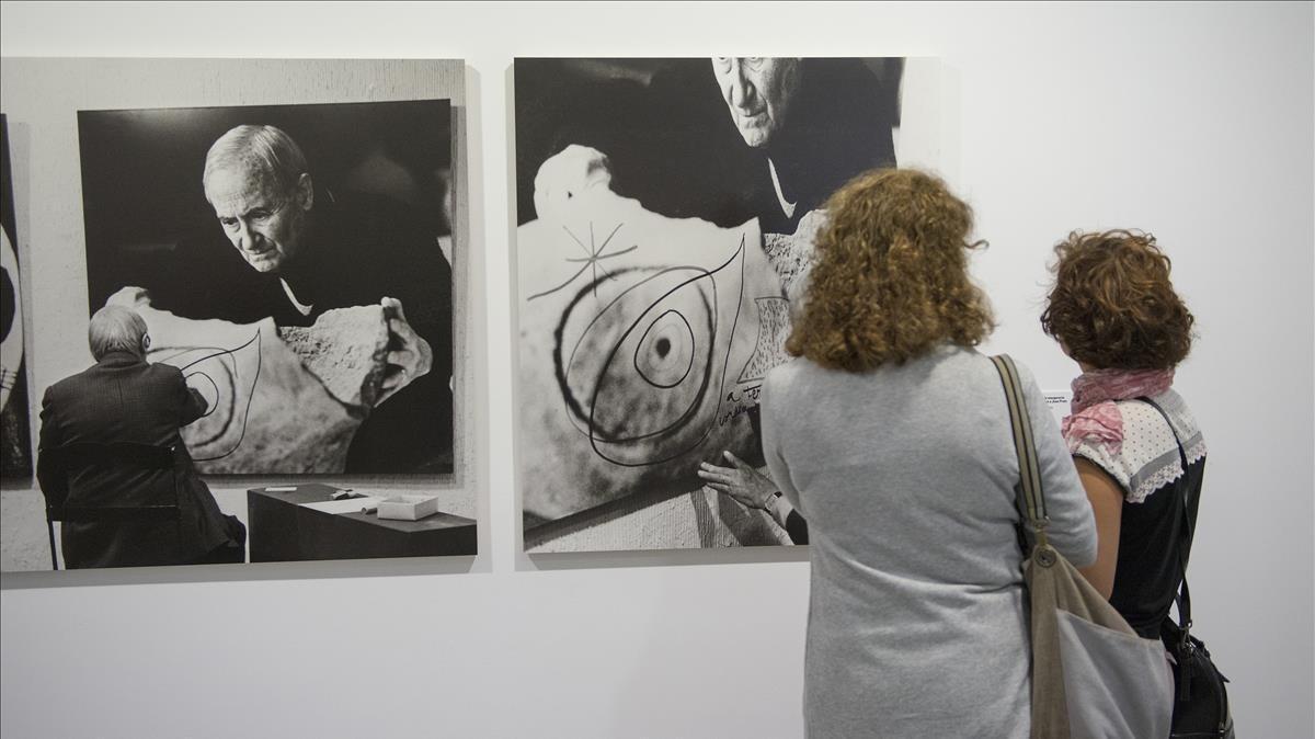 Fotos de Joan Miró mientras dedica piezas a Vijander,expuestas en la muestra de la Fundació Suñol.