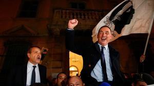Los candidatos nacionalistas Jean Guy Talamoni (izquierda) y Gilles Simeoni celebran la victoria.