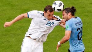 Martín Cáceres, de celeste, pugna con Artem Dzyuba en el Uruguay-Rusia del Mundial-2018.