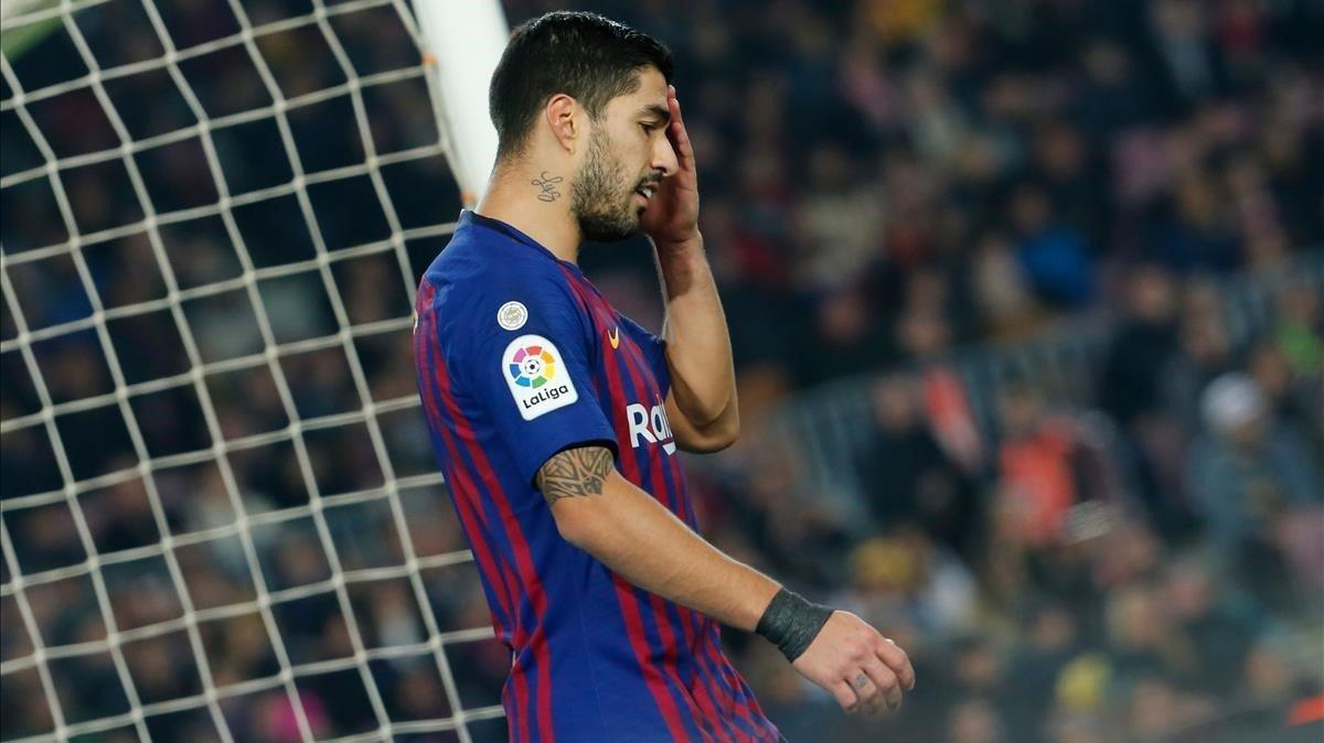 Suárez se lamenta de una ocasión fallada ante el Valladolid en el Camp Nou.