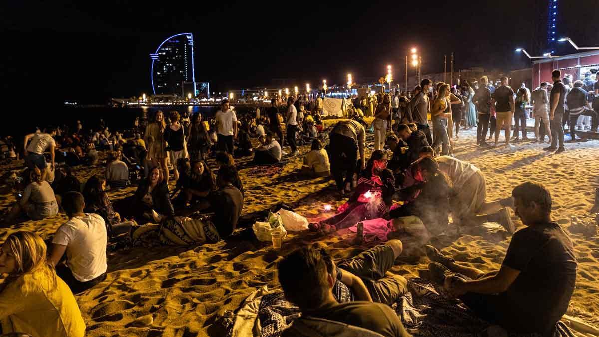 Verbena de Sant Joan: con alcohol y sin mascarilla en la playa de la Barceloneta