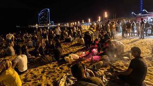 Barcelona reforça el control policial i la neteja per foragitar la vida nocturna